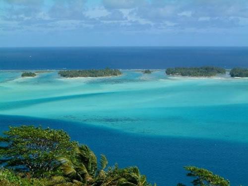 高台から見たボラボラ島の海